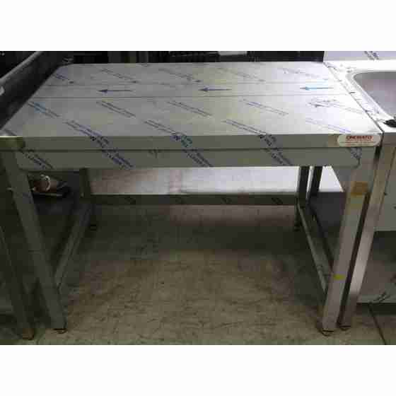 Tavolo in acciaio inox su gambe profondità 700 mm 1100x700 mm nuovo con ammaccature da trasporto
