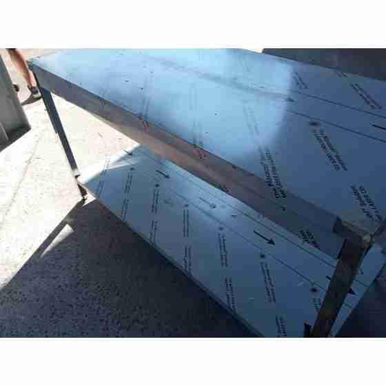 Tavolo in acciaio inox su gambe con piano di fondo profondità 700 mm 1600x700 mm nuovo con danneggiamenti da trasporto