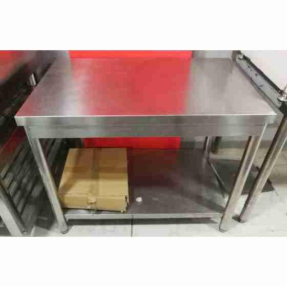 Tavolo su gambe in acciaio inox con piano di fondo profondità 600 mm 1000x600 mm usato