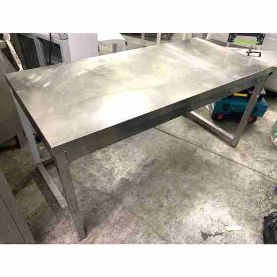 Tavolo in acciaio inox su gambe profondità 700 mm 1500x700 mm usato